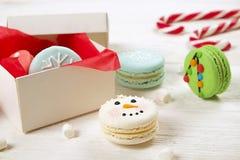 Tradycyjnych bożych narodzeń macaroons o temacie francuscy cukierki w postaci bałwanu, płatka śniegu, choinki i Santa ` s brzucha Zdjęcia Stock