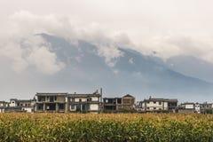 Tradycyjnych Chińskie domy przy stopą góra obraz royalty free