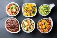 Tradycyjnych sławnych meksykańskich kumberlandów chili gramocząsteczki czekoladowy poblano, Pico De Gallo, avocado guacamole, sal Zdjęcia Royalty Free