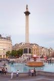 Trafalgar fyrkant med folk i aftonen Royaltyfri Foto