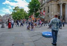 Trafalgar kwadrat, Londyn, UK - Lipiec 21, 2017: Uliczny entertaine Zdjęcia Stock