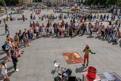 Trafalgar kwadrat, Londyn, UK - Lipiec 21, 2017: Uliczny wykonawca Fotografia Stock