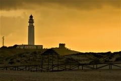 Trafalgar licht huis met gouden zonsondergang in Caños DE Meca, Cà ¡ diz, Spanje Stock Foto's