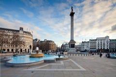 Trafalgar-Platz und Nelsons Spalte am Abend Stockfotos