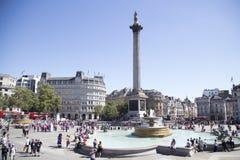 Trafalgar-Quadrat an einem sonnigen und sehr beschäftigten Tag Stockbild