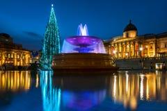 Trafalgar Square jul i London, England Arkivfoto