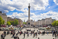 Trafalgar Square met veel toeristen Stock Afbeeldingen