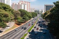 Traffic avenystaden Sao Paulo Arkivbild