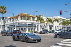 Traffic and buildings in Beverly Hills Royalty Free Stock Photography