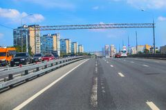Traffic on the highway in the center of the metropolis. During the day Royalty Free Stock Images