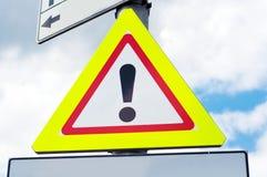 Fara som varnar trafikerar vägmärket Arkivfoto