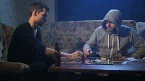Trafficante di droga che vende cocaina per dedicarsi all'interno stock footage