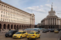 Traffichi al quadrato di indipendenza a Sofia, Bulgaria immagini stock libere da diritti