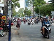 Traffichi alla città dell'Asia, passeggiata del camminatore sulla carreggiata Immagine Stock