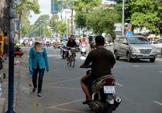 Traffichi alla città dell'Asia, passeggiata del camminatore sulla carreggiata Fotografia Stock