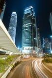 Traffichi attraverso in città a Hong Kong Fotografia Stock