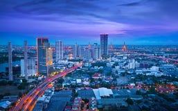 Traffichi in città moderna alla notte, Bangkok Tailandia. Fotografia Stock Libera da Diritti