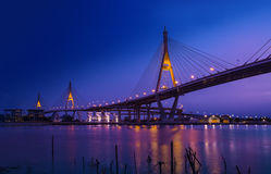 Traffichi in città moderna alla notte, Bangkok, Tailandia Immagine Stock
