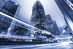 Traffichi con l'indicatore luminoso della sfuocatura attraverso la città alla notte Fotografie Stock Libere da Diritti