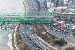 Traffichi durante l'ora di punta nella città di Seoul, strada della strada principale accanto all'unno immagini stock libere da diritti