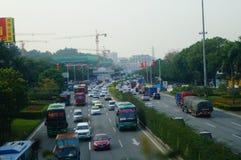 Traffichi il paesaggio nella sezione di Shenzhen della strada del cittadino 107 Immagine Stock Libera da Diritti