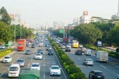 Traffichi il paesaggio nella sezione di Shenzhen della strada del cittadino 107 Fotografia Stock