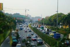Traffichi il paesaggio nella sezione di Shenzhen della strada del cittadino 107 Immagine Stock