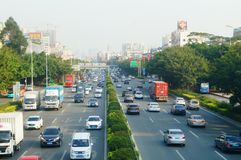 Traffichi il paesaggio nella sezione di Shenzhen della strada del cittadino 107 Immagini Stock Libere da Diritti