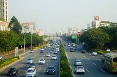 Traffichi il paesaggio nella sezione di Shenzhen della strada del cittadino 107 Fotografie Stock Libere da Diritti