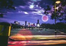 Traffichi le linee sulla via della città nella notte fotografia stock