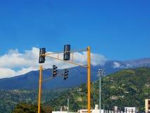 Traffichi le luci che controllano il traffico della città fotografia stock
