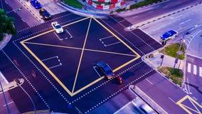 Traffichi le strade trasversali a partire dal giorno alla notte nell'area della città video d archivio