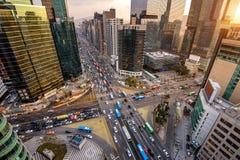 Traffichi le velocità attraverso un'intersezione in Gangnam, Seoul in Corea del Sud Fotografia Stock Libera da Diritti
