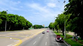 Traffichi lungo una strada asfaltata nella capitale di Cuba, Avana archivi video