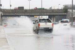 Traffichi in pioggia torrenziale Immagini Stock