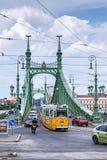 Traffichi sul ponte di libertà sopra il Danubio Immagine Stock Libera da Diritti