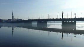 Traffichi sul ponte di pietra vicino alla vecchia città di Riga video d archivio