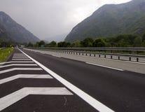 Traffichi sulla strada a pedaggio nelle alpi italiane vicino al confine Francia e Mont Blanc Fotografia Stock Libera da Diritti