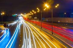 Traffichi sulla strada principale alla notte Fotografia Stock