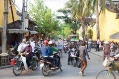 Traffichi sulla via della città antica di Hoi An immagine stock libera da diritti