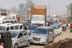 Traffichi sulle vie di grande disordine I tassì, i ciclomotori ed i pedoni attraversano senza alcun ordine immagine stock libera da diritti