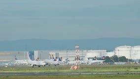 Traffico all'aeroporto di Francoforte stock footage