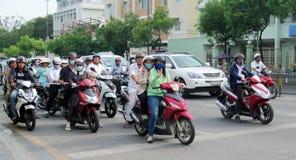 Traffico asiatico della folla della motocicletta sulla via Fotografie Stock Libere da Diritti