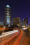 Traffico astratto dell'autostrada senza pedaggio di Timelapse alla notte nel Los Immagini Stock