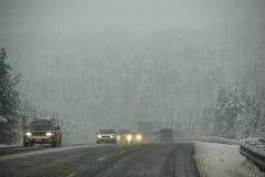 Traffico che si muove attraverso la nebbia Fotografia Stock Libera da Diritti