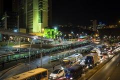 Traffico cittadino di notte, Belo Horizonte, Minas Gerais, Brasile immagini stock