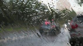 Traffico cittadino in forte pioggia stock footage