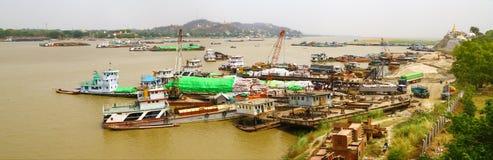 Traffico commerciale sul fiume Irrawaddy, Myanmar fotografia stock libera da diritti