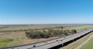Traffico da uno stato all'altro 80 del metraggio del fuco con cielo blu archivi video