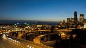 Traffico da uno stato all'altro di tramonto di Seattle